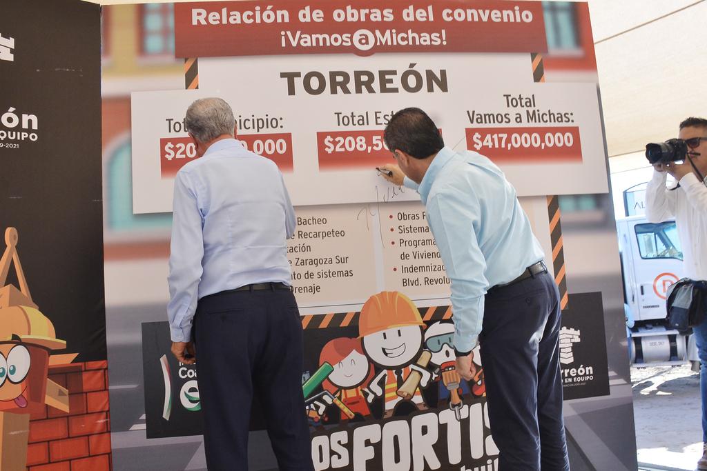 El alcalde de Torreón, Jorge Zermeño, y el gobernador de Coahuila, Miguel Riquelme, firmaron ayer lunes un letrero en el que se detallaron las obras del programa