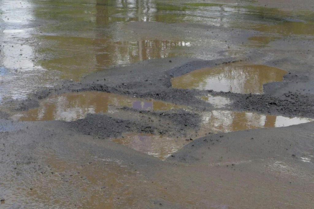 En el sitio hay gran cantidad de baches en el pavimento, uno tras otro, en los que se ha llegado a acumular agua. (EL SIGLO DE TORREÓN)