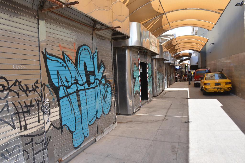 Descuidado. Son pocos los espacios que lucen con las mejores condiciones; los grafitis son comunes en las paredes.