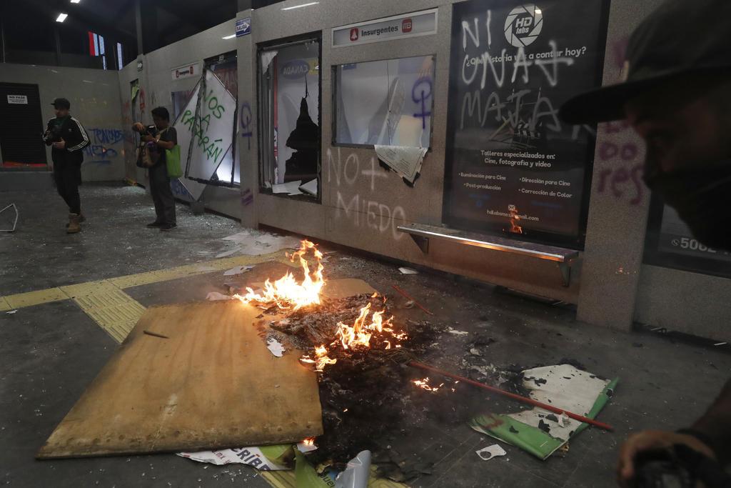 Gobierno de la Ciudad de México informó que tras los actos vandálicos a la estación Glorieta Insurgentes, del Metrobús, los daños ascienden a un millón de pesos que serán cubiertos por una aseguradora. (AP)
