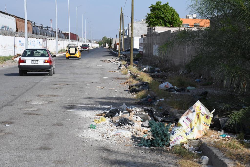 Aún hay lugares de la ciudad donde la gente tira la basura en la calle. (EL SIGLO DE TORREÓN)