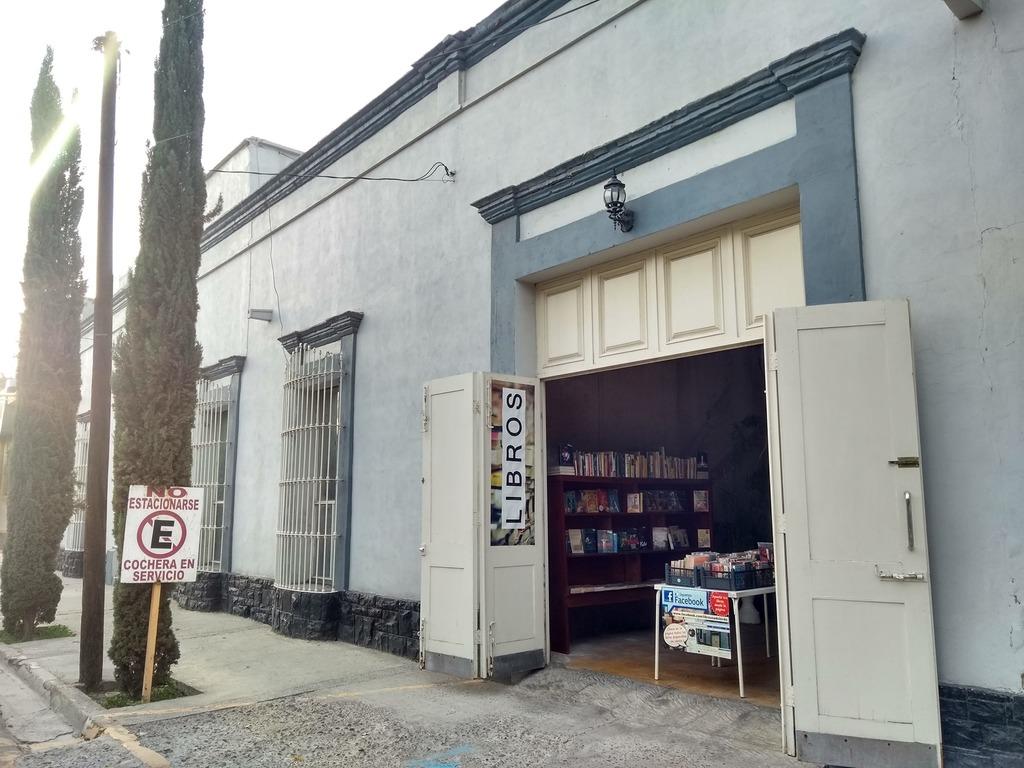 Interés. Según Luz Gallegos, la propietaria del lugar, los libros que más se venden son las novelas y los del área de psicología. (CORETSÍA / Facebook: Libro usado Lerdo)