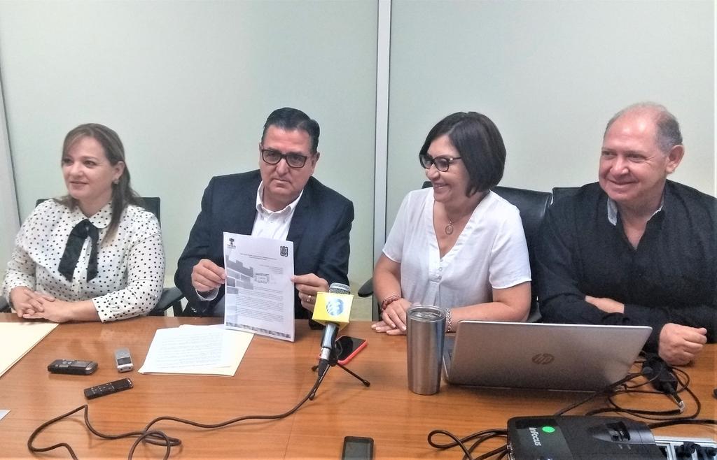 Fue alrededor de las 09:00 horas que los ediles presentaron el documento ante la oficina del alcalde Jorge Zermeño, se trata de la primera vez en la actual administración que se solicita la remoción de un funcionario público de su cargo. (EL SIGLO DE TORREÓN)