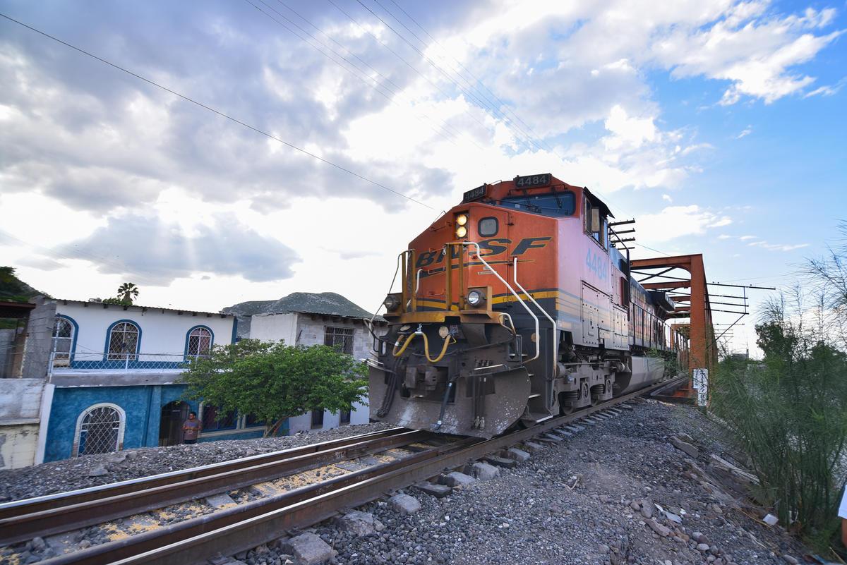 """El """"puente Negro"""" y las vías del ferrocarril son elementos clave en el desarrollo de la ciudad. (ERNESTO RAMÍREZ)"""