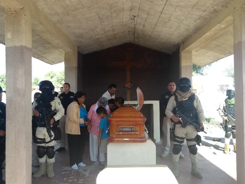 El joven era originario de Francisco I. Madero y era padre de tres menores. Esta mañana se llevó a cabo un homenaje póstumo en el panteón del ejido Alamito, donde fueron depositados su restos. (EL SIGLO DE TORREÓN)