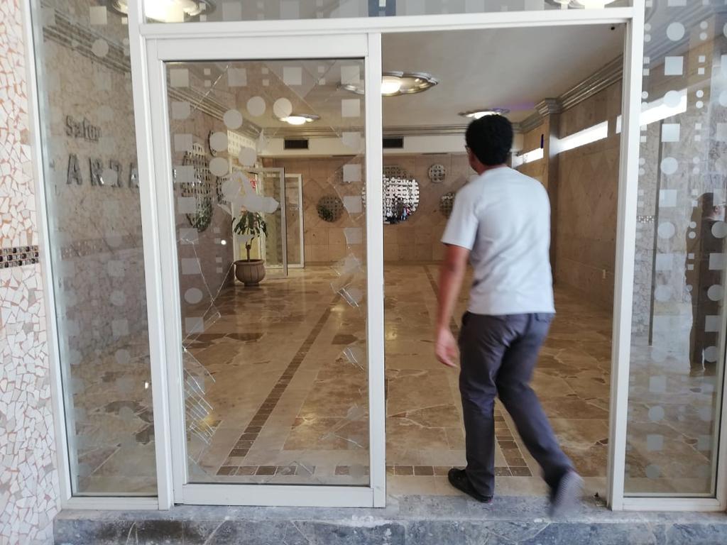 Un grupo de personas, supuestamente miembros de Morena, presentaron QRs falsos y al no permitírseles votar, se molestaron e intentaron ingresar por la fuerza al salón, rompiendo una puerta de cristal. (EL SIGLO DE TORREÓN)