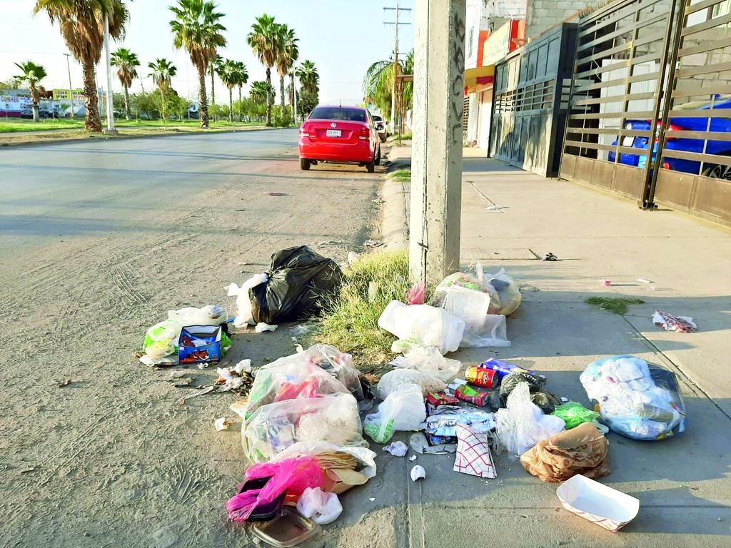 Vecinos se quejan de que no tienen recolección de basura desde la semana pasada. Así se encuentran los desechos en la calle. (YOLANDA RÍOS)