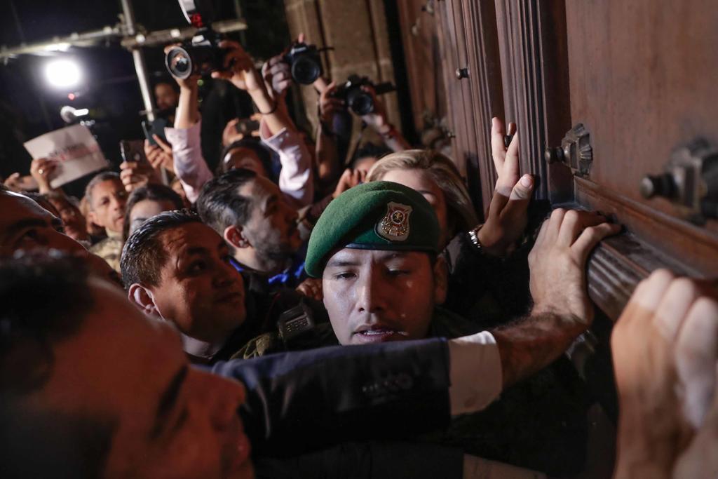 Unos 300 de alcaldes de oposición protestaron afuera de Palacio Nacional para exigir al presidente López Obrador mayores recursos para seguridad pública e infraestructura. (EL UNIVERSAL)