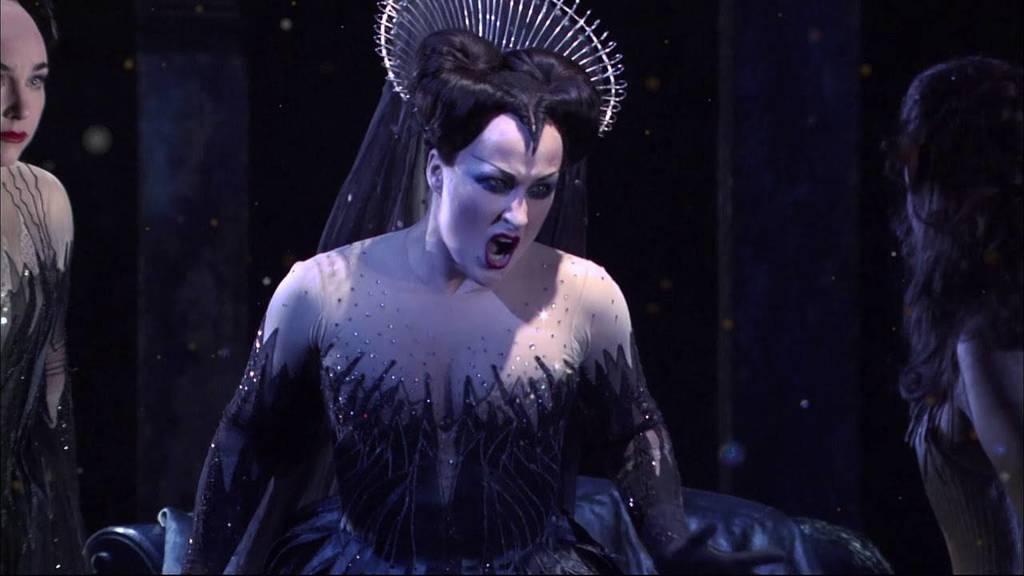 Clásico. La ópera tiene un argumento basado en el antiguo Egipto y con muchos signos masonicos.