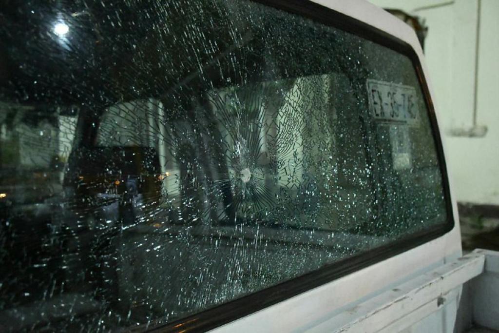 Uno de los proyectiles dio contra la luneta de una unidad oficial del Ayuntamiento.