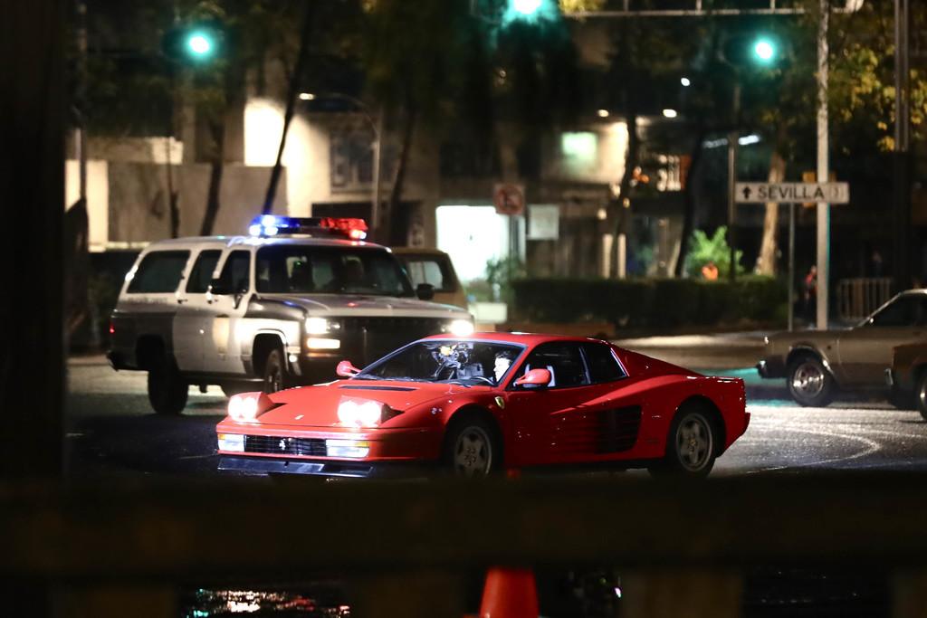 Escena. Un Ferrari rojo era perseguido por dos camionetas de la policía desde las que le disparaban.