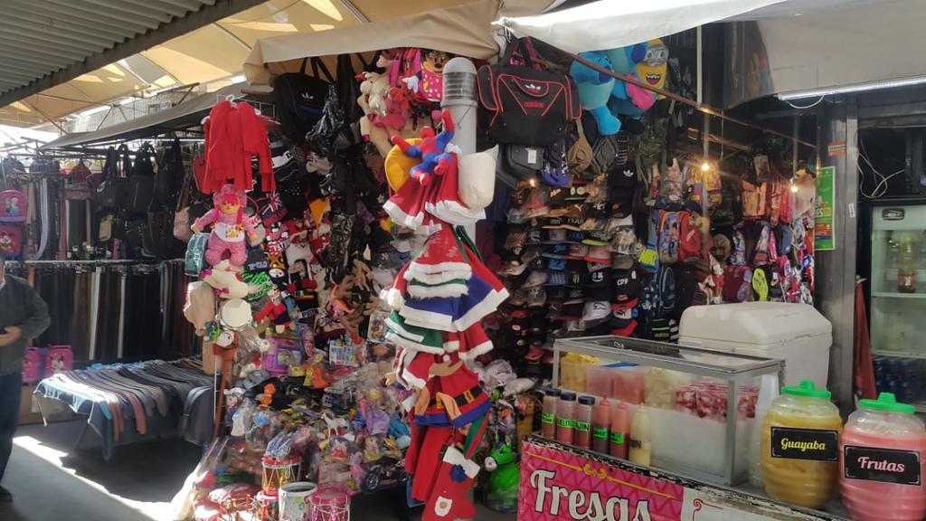 Aseguran que ya casi a la mitad del mes de diciembre, no tienen ventas de sudaderas, guantes, gorros y bufandas. (YOLANDA RÍOS)