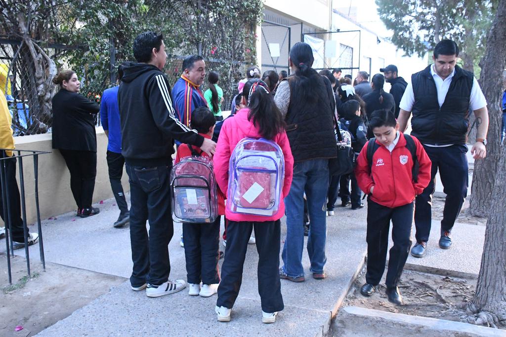 Parte de los estudiantes que regresaron a clases portaron mochilas transparentes.
