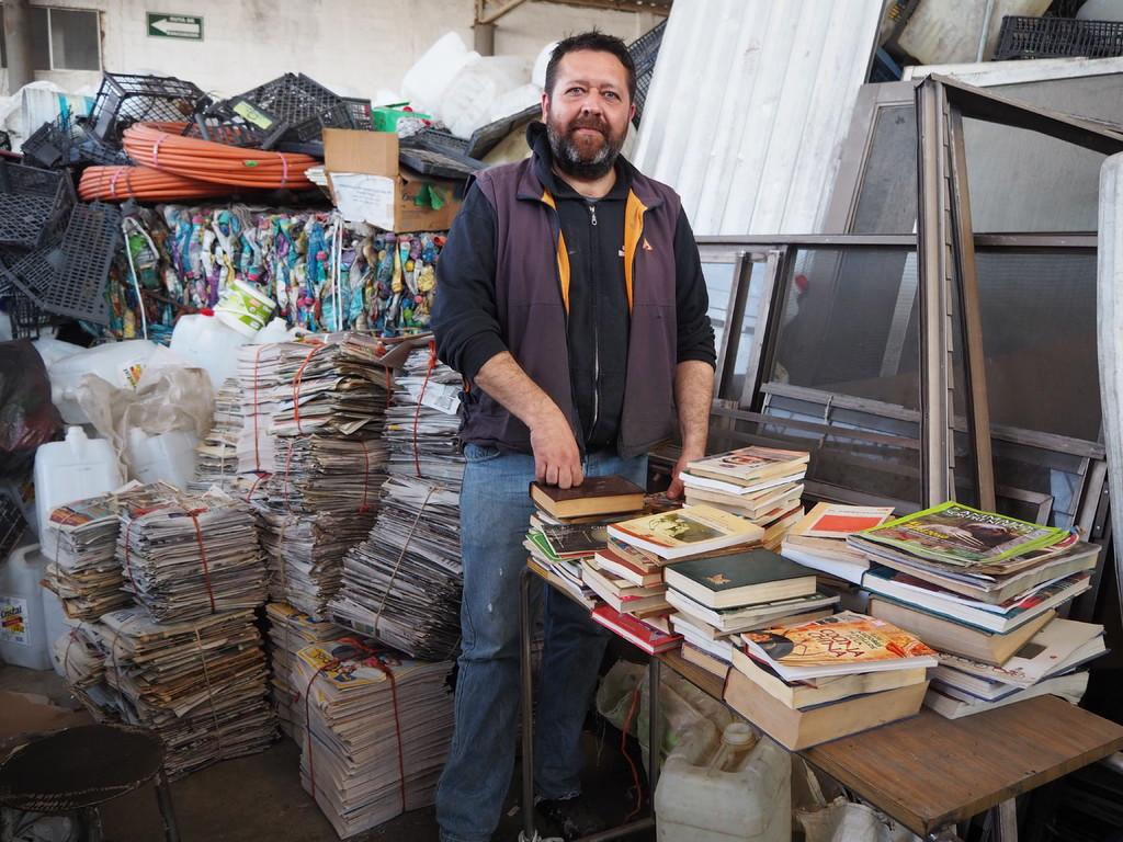 Rescatista. Alfredo desde hace aproximadamente tres años se encarga de buscar compendios en buen estado y venderlos (EL SIGLO DE TORREÓN / DANIELA CERVANTES).