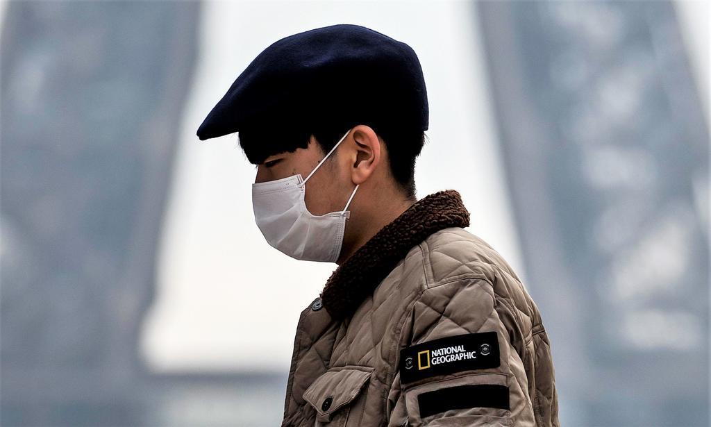 Los síntomas del nuevo coronavirus, denominado 2019-nCoV provisionalmente por la Organización Mundial de la Salud (OMS), son en muchos casos parecidos a los de un resfriado, pero pueden venir acompañados de fiebre y fatiga, tos seca y disnea (dificultad para respirar). (EFE)