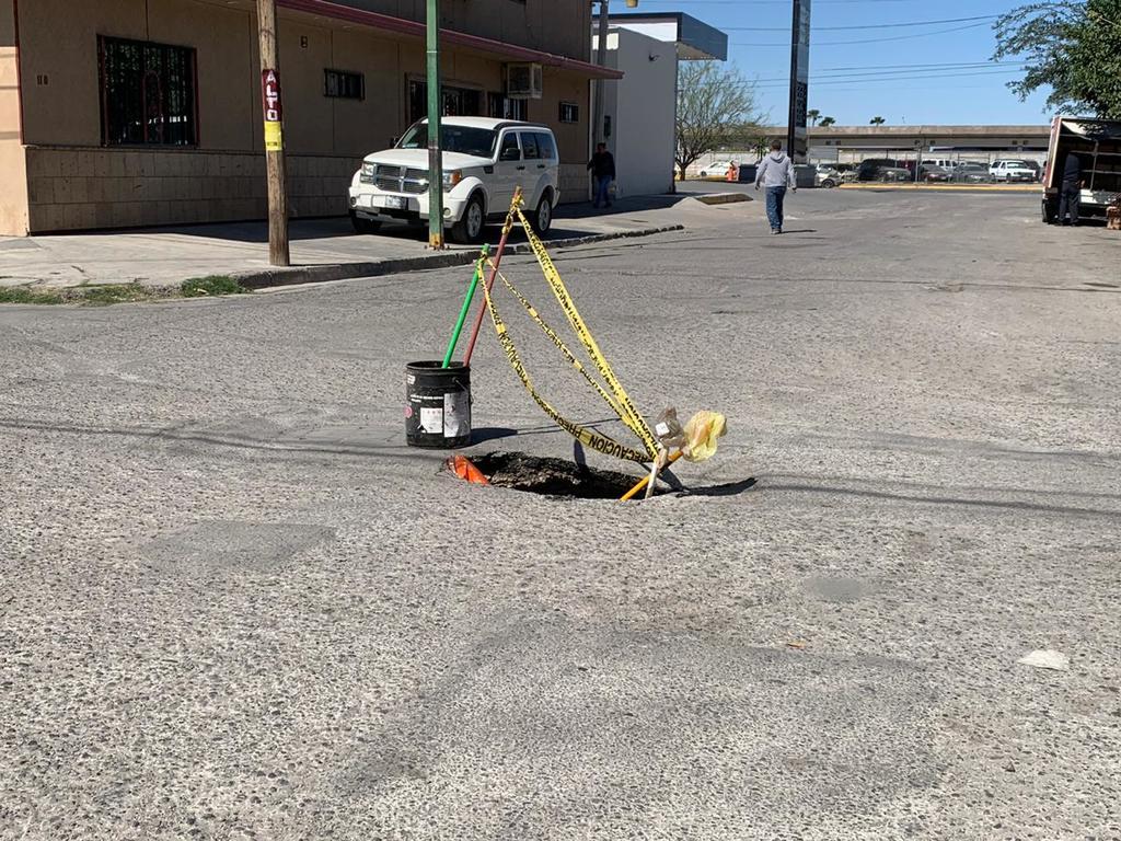 El pozo no cuenta con la señalización correspondiente y representa un peligro para los peatones y automovilistas. (EL SIGLO DE TORREÓN)