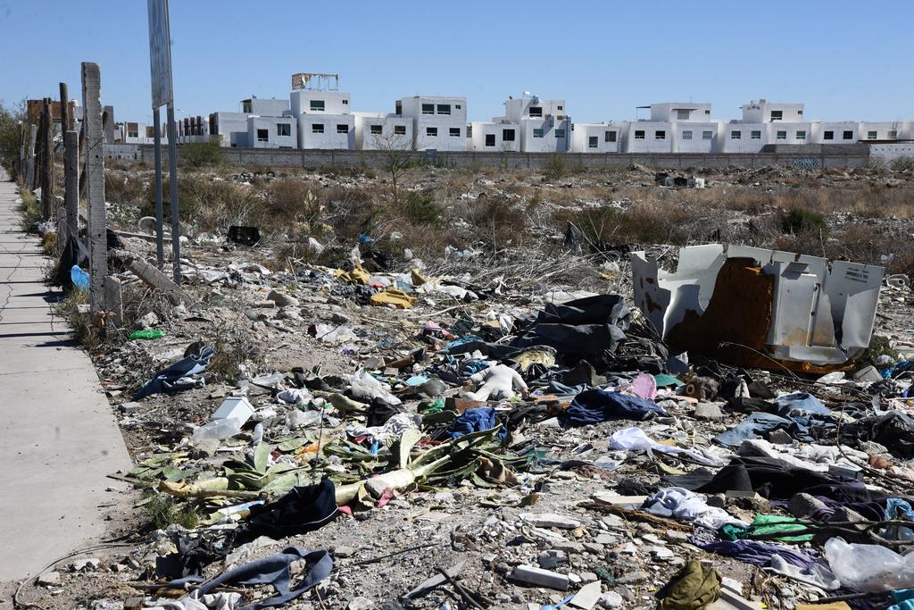 El terreno ubicado frente al Multideportivo Oriente se convirtió en un basurero en donde las personas arrojan todo tipo de desechos. (EL SIGLO DE TORREÓN)