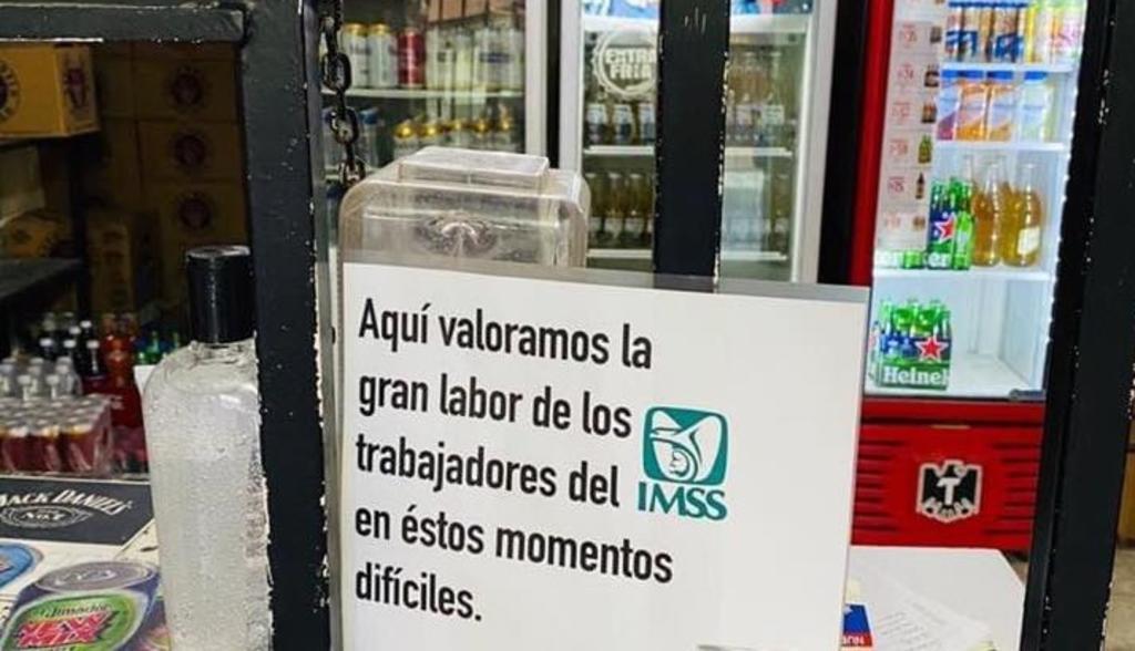 El anuncio colocado a las afueras del negocio promete cerveza al personal que presente su gafete del IMSS (ESPECIAL)