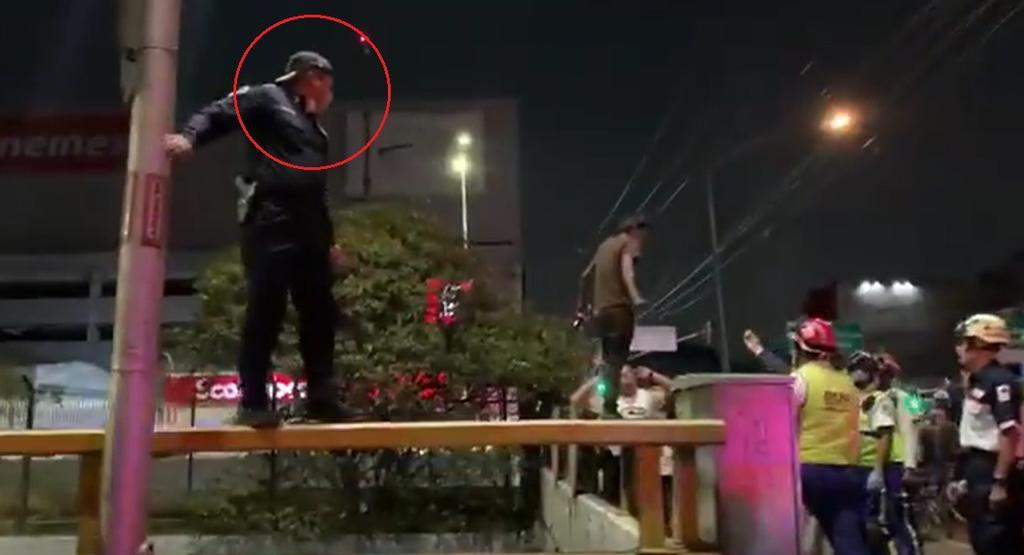 El policía arriesgó su vida para alejar del peligro al sujeto que intentaba arrojarse desde lo alto del desnivel (CAPTURA)