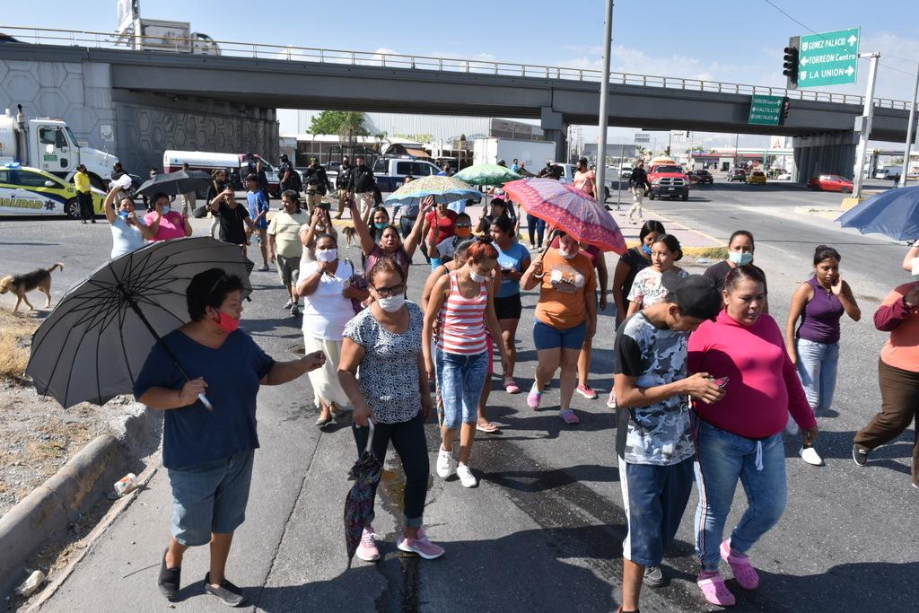 Fueron alrededor de 50 personas de las colonias Nueva Laguna Sur y Norte las que protestaron ayer en el periférico de Torreón; reclamaron por falta de agua desde hace varios meses. (FERNANDO COMPEÁN)