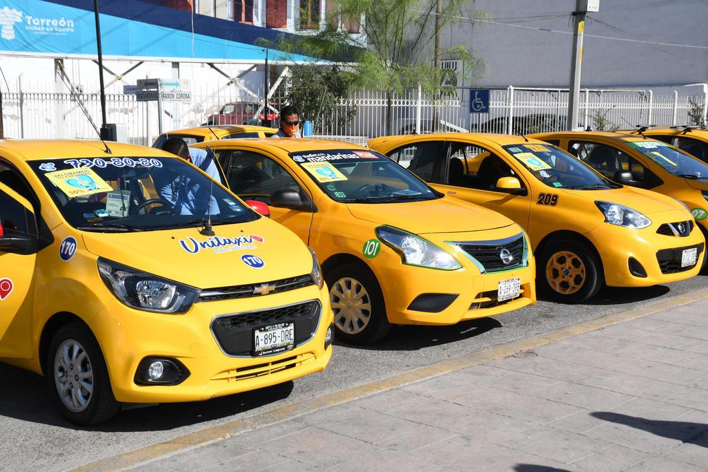 El acuerdo abarca siete líneas de taxis, mismas que se han comprometido a colocar calcomanías en sus vehículos para que sean identificados por los empleados del sector salud. (FERNANDO COMPEÁN)