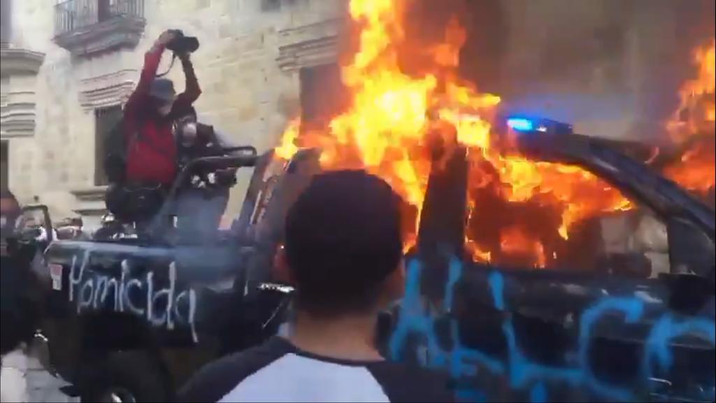 En respuesta al presunto homicidio de Giovanni López por policías municipales, una multitud realizó protestas frente al Palacio de Gobierno en Jalisco, a los reclamos se sumaron acciones como el incendio de una patrulla y pintas. (ESPECIAL)
