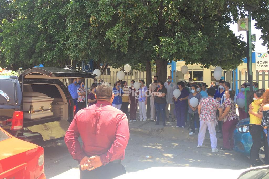 Doctores, enfermeras y personal administrativo del Hospital General de Gómez Palacio, dieron el último adiós a su compañero y amigo, al médico anestesiólogo Sergio Alberto. (GUADALUPE MIRANDA)