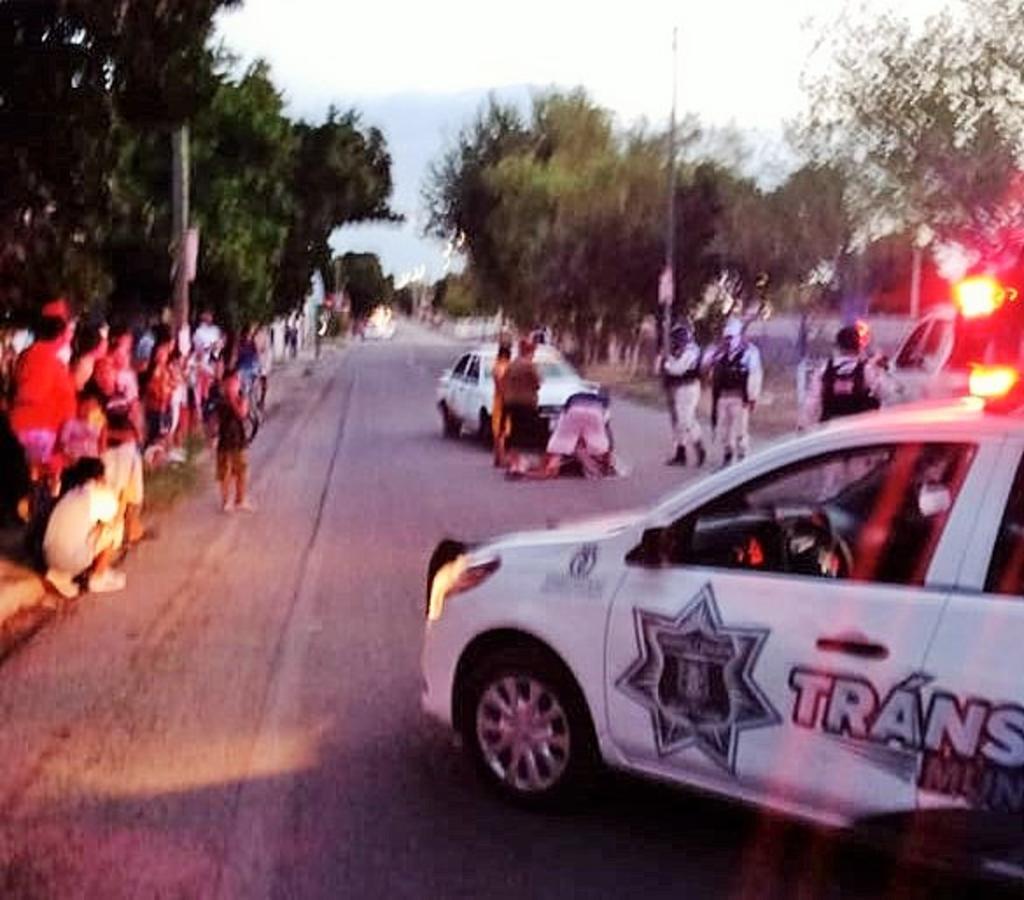 Un menor de 17 años de edad resultó lesionado luego de que fue impactado por un taxi cuando intentaba cruzar la calle. (EL SIGLO DE TORREÓN)