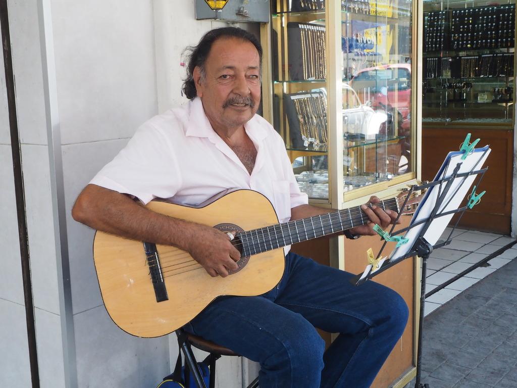 Talento. Carlos Carlos se ha abrazado al arte musical desde los 17 años y comparte sus tonadas en el centro de Torreón. (VERÓNICA RIVERA)