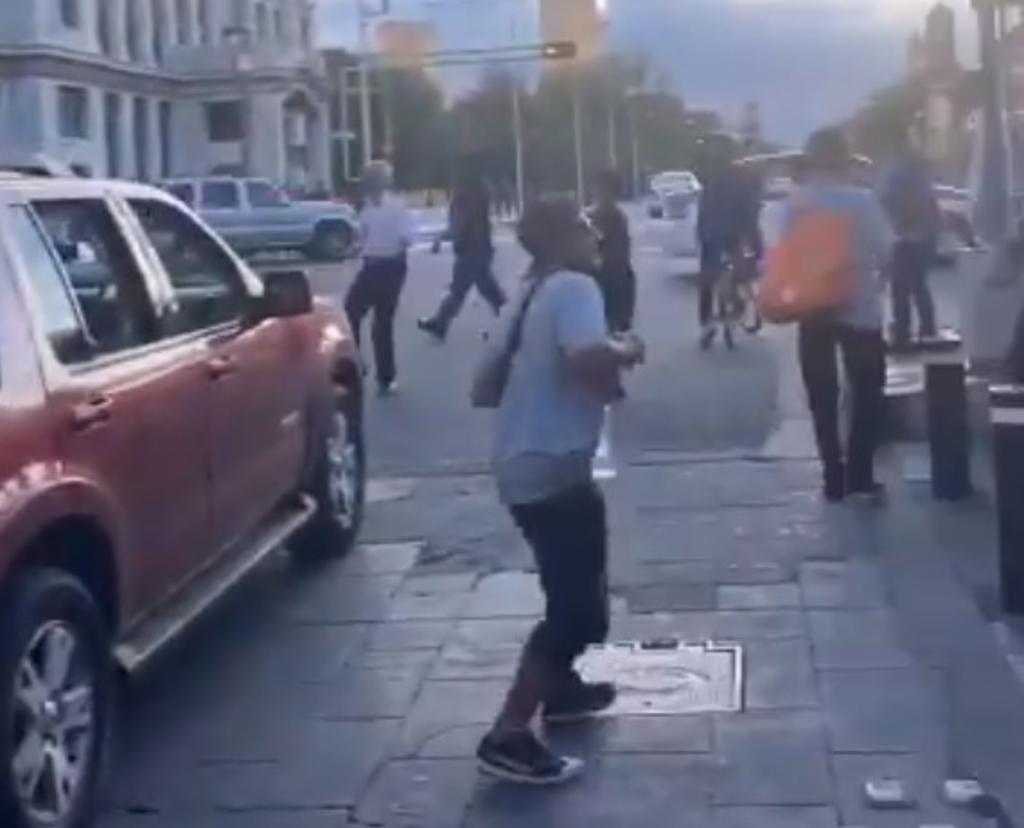 El viral momento ocurrió en un cruce del Palacio de Bellas Artes donde un grupo de jóvenes comenzó a bailar con la popular canción en una bocina a todo volumen. (TWITTER)