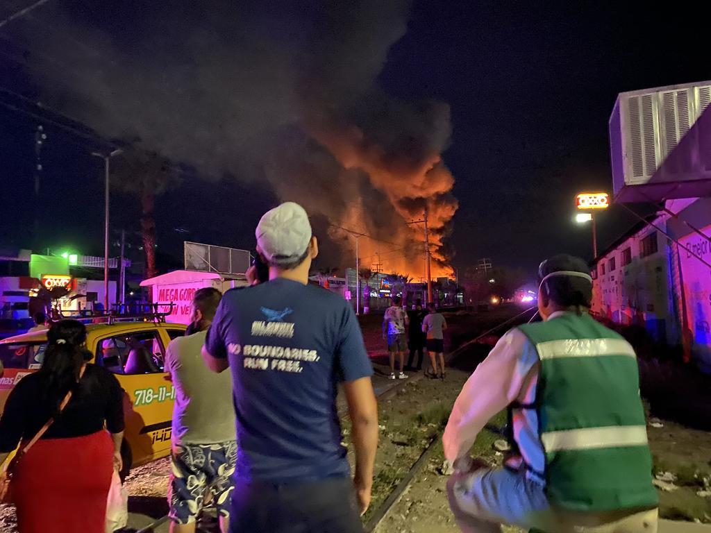 Ante la magnitud del siniestro, elementos de seguridad hicieron un perímetro para la atención al incendio que se buscaba contener. (EL SIGLO DE TORREÓN)