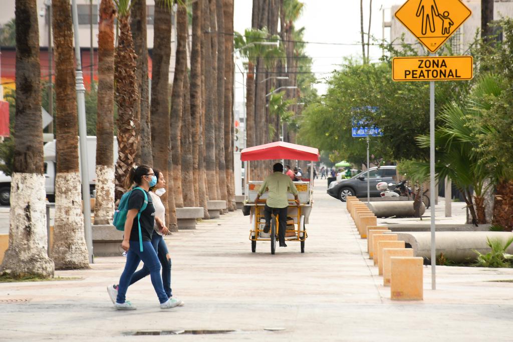 La afluencia en el Paseo Morelos cae drásticamente con el aumento de las temperaturas que se registra durante el día en Torreón. (EL SIGLO DE TORREÓN)