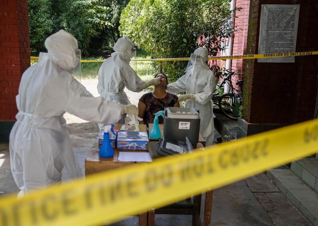 Los casos globales de la COVID-19 se elevan hoy a 32.7 millones, mientras que las víctimas mortales llegan a 991,224, de acuerdo con las estadísticas de la Organización Mundial de la Salud (OMS). (EFE)