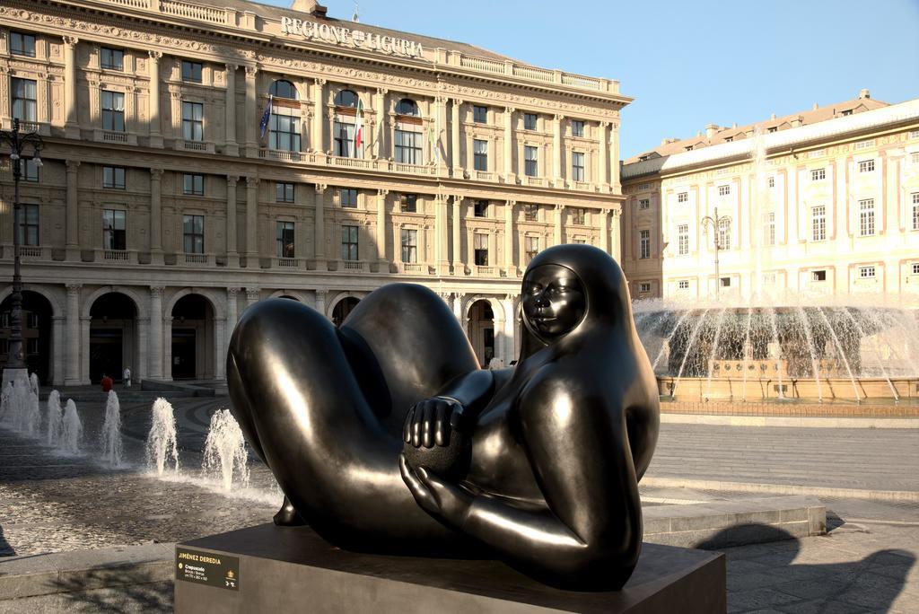 Un alivio al contexto. Un total de ocho monumentales esculturas de mármol y bronce engalanan la ciudad portuaria, en la búsqueda por recuperar el optimismo.