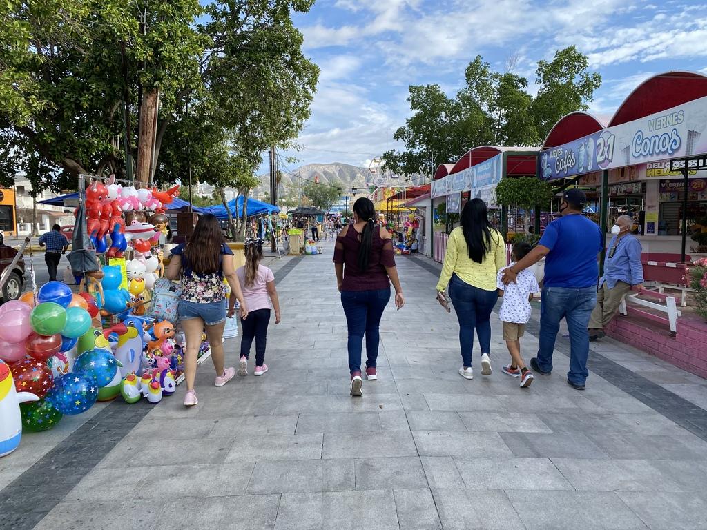 Decenas de personas continúan aglomerándose en espacios públicos como la Línea Verde y la Alameda Zaragoza de Torreón.
