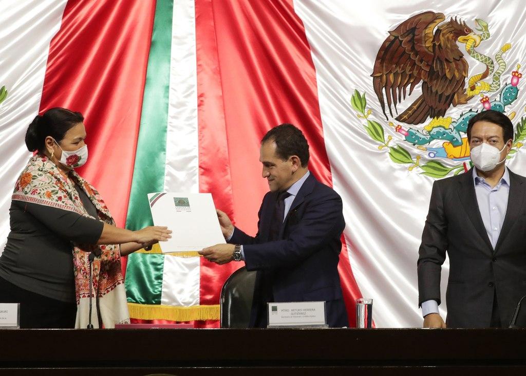 Secretario de Hacienda, Arturo Herrera (c), en la entrega del paquete Económico 2021 a la presidenta de la Cámara de Diputados, la diputada Dulce María Sauri (i), acompañada por el presidente de la junta de Coordinación Política, Mario Delgado, el pasado 8 de septiembre. (ARCHIVO)