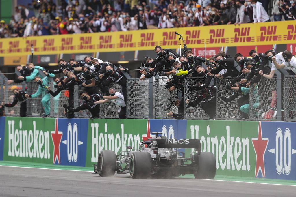 El británico Lewis Hamilton (Mercedes), séxtuple campeón del mundo, logró la victoria en la duodécima prueba del mundial de Fórmula 1 este domingo en el Autódromo Internacional del Algarve y superó el récord de triunfos en la categoría reina que tenía el alemán Michael Schumacher. (EFE)