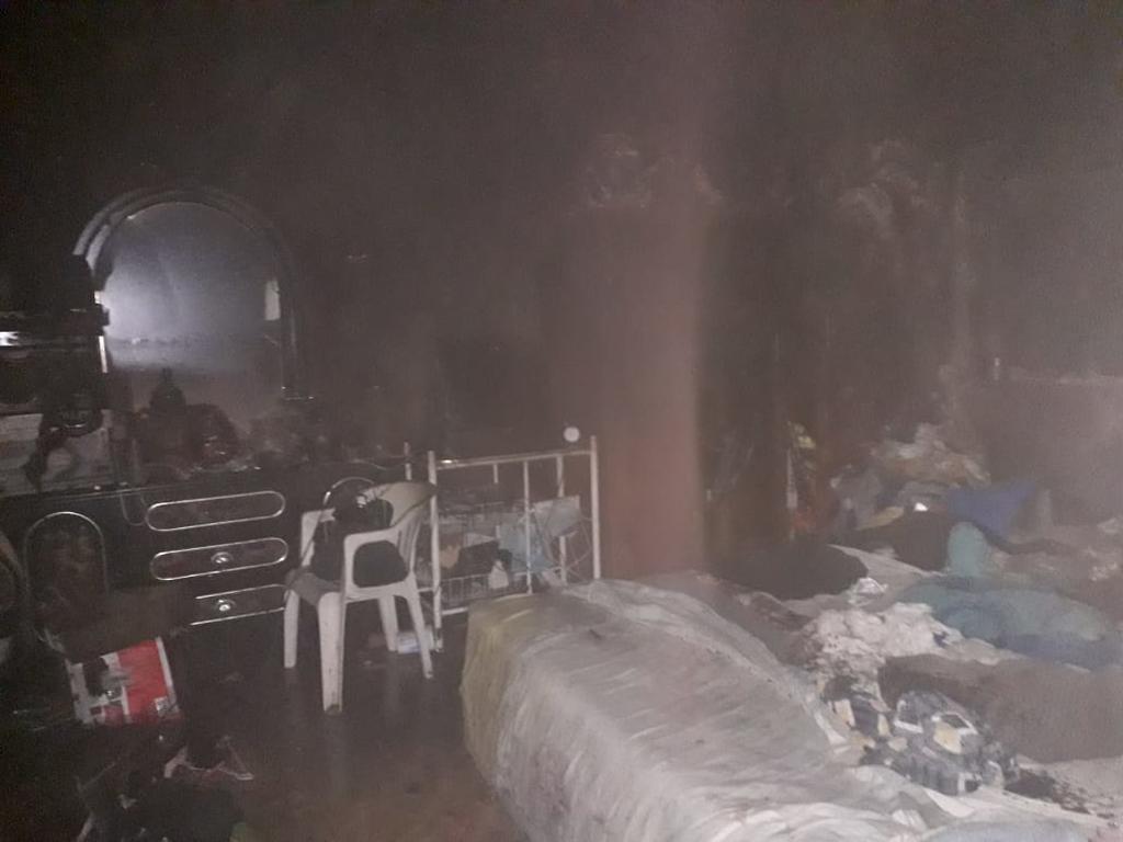 El propietario de la casa, identificado como Oscar, informó a las autoridades que no se encontraban en el domicilio cuando comenzó el fuego y que uno de los vecinos fue el que les aviso de las llamas. (EL SIGLO DE TORREÓN)