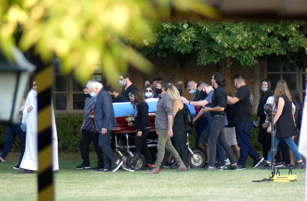 Los restos de Diego Maradona fueron sepultados este jueves en un cementerio de la periferia de Buenos Aires tras la multitudinaria y caótica despedida que miles de argentinos dieron al máximo astro del fútbol argentino. (EFE)