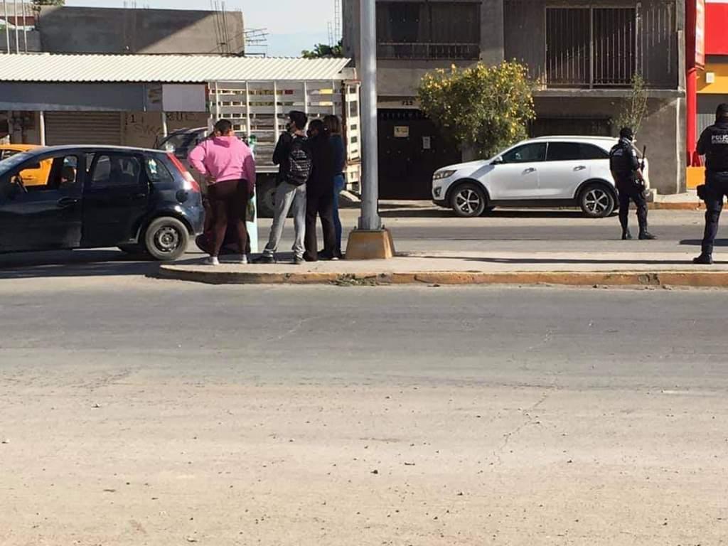 Al ver la movilización del personal de Cruz Roja y de la Policía Municipal algunas personas se acercaron para ver lo que sucedía. (EL SIGLO DE TORREÓN)