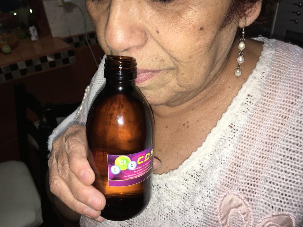 El dióxido de cloro se ha promovido como un tratamiento para pacientes con COVID-19 pero no tiene aval de autoridades sanitarias, quienes alertan a los consumidores de riesgos en la salud. (FERNANDO COMPEÁN)