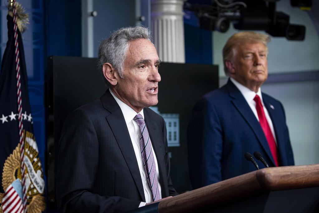 El neurorradiólogo Scott Atlas, uno de los asesores de la Casa Blanca sobre el coronavirus y conocido por sus polémicas opiniones que lograron influir en la estrategia del presidente, Donald Trump, dimitió este lunes de su cargo. (ARCHIVO)