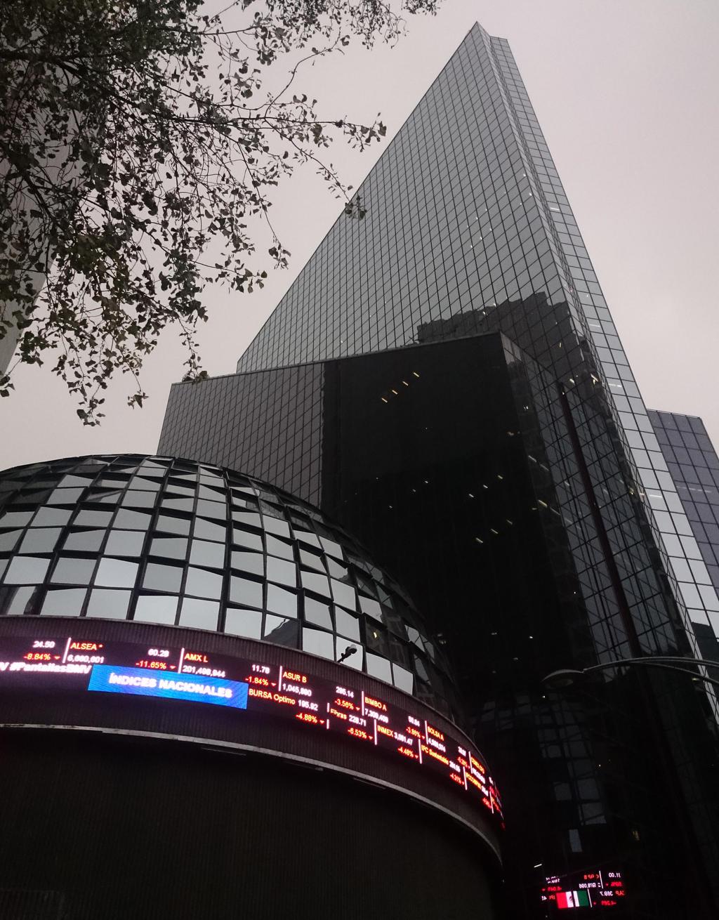 La Bolsa Mexicana de Valores (BMV) retrocedió un 0.39 por ciento en su principal indicador en una semana negativa.