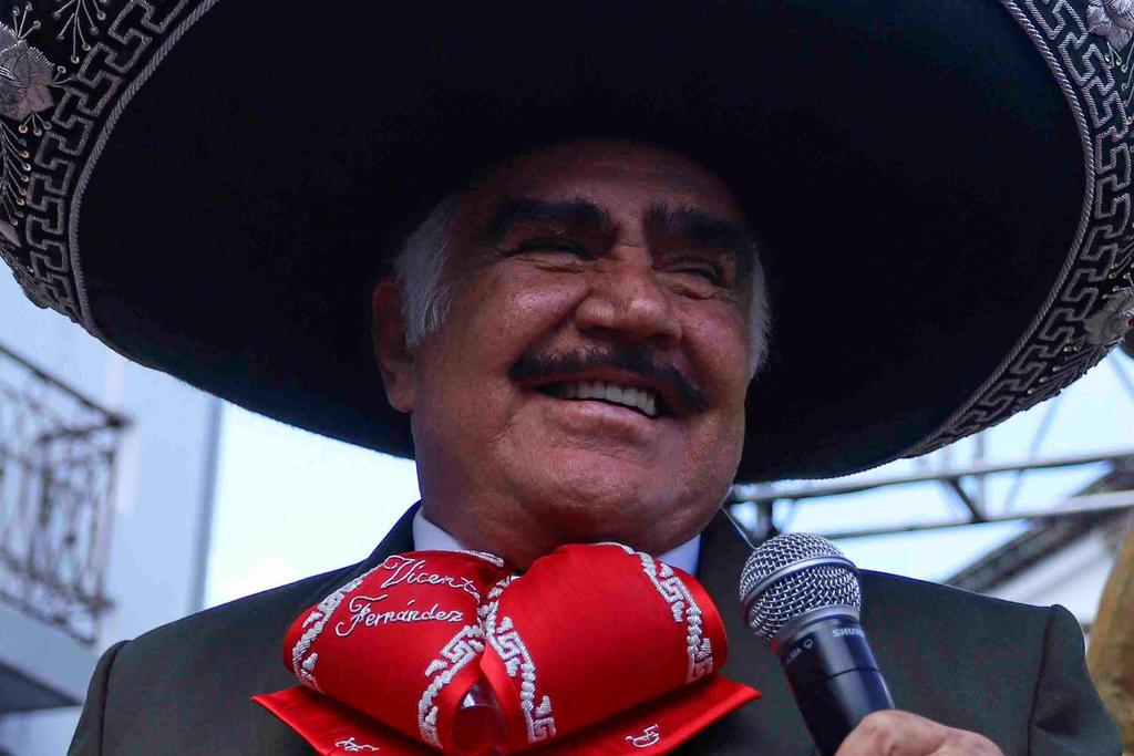 El cantante Vicente Fernández respondió a las acusaciones de acoso y habló sobre el video donde aparece sujetando el busto a una mujer. (ARCHIVO)