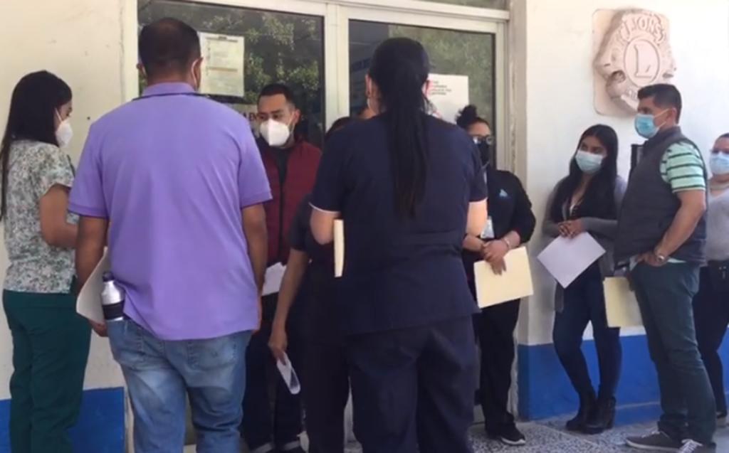La aplicación se lleva a cabo en las instalaciones del viejo Hospital General de Gómez Palacio ubicado en la colonia Bellavista. (EL SIGLO DE TORREÓN)