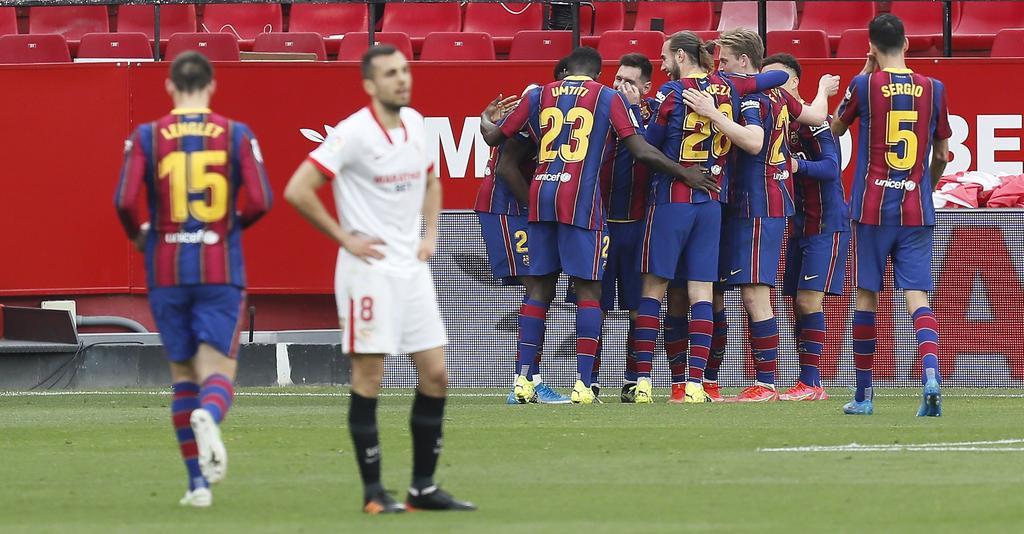 La magia de Lionel Messi apareció en el campo con una diana y una asistencia para que el Barcelona venciera de visita el sábado 2-0 al Sevilla y se enganchara otra vez a la lucha por el título de la Liga española. (EFE)