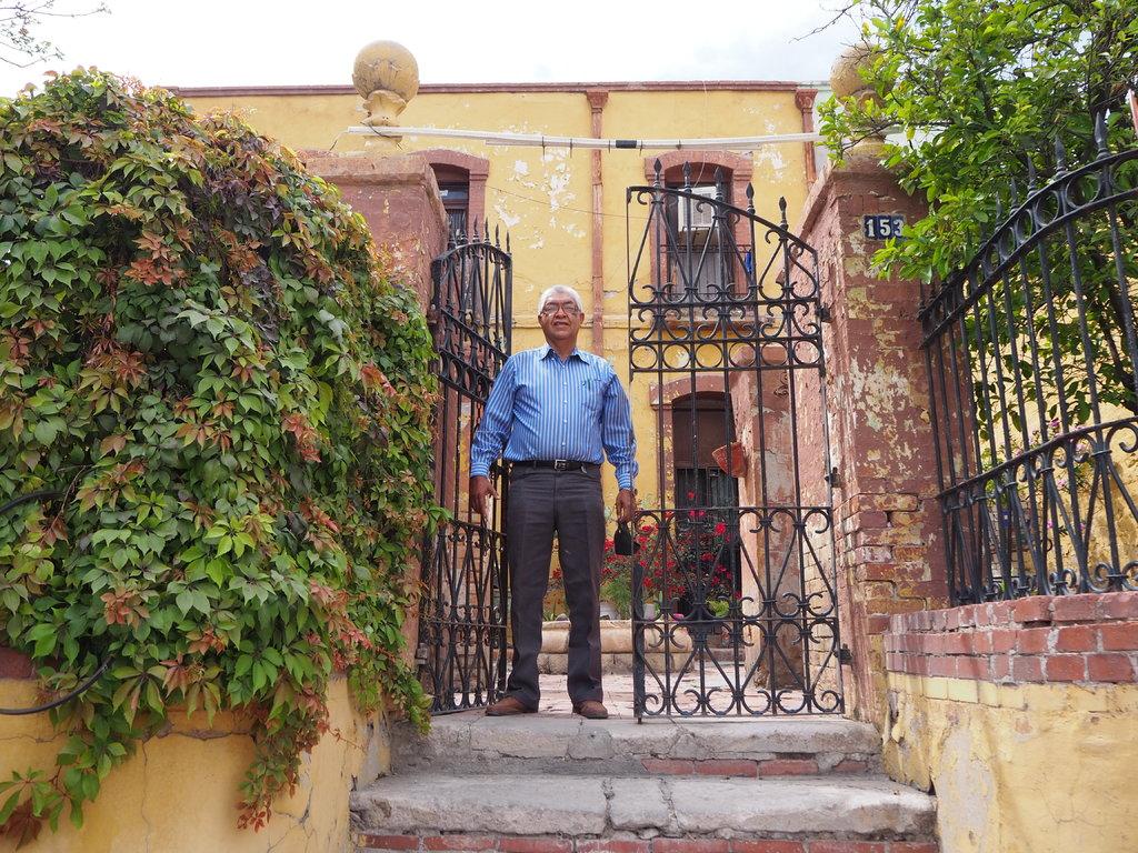Casona. Don Carlos Fernández da la bienvenida a su centenario hogar ubicado en la colonia La Fe, al poniente de Torreón.