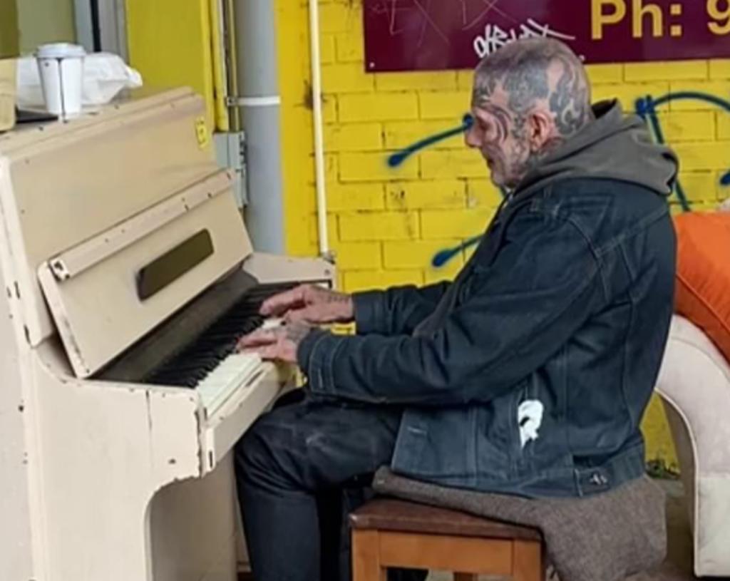 El hombre toca el piano afuera de la tienda cada fin de semana (CAPTURA)