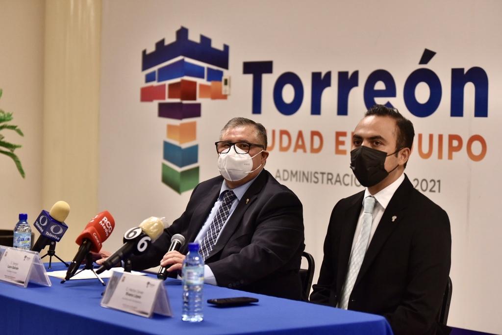 Sergio Lara Galván (i) desde ayer ocupa el cargo como alcalde de Torreón hasta el próximo 14 de junio y Héctor Javier Rivera López se desempeña ahora como secretario del Ayuntamiento. (ÉRICK SOTOMAYOR)