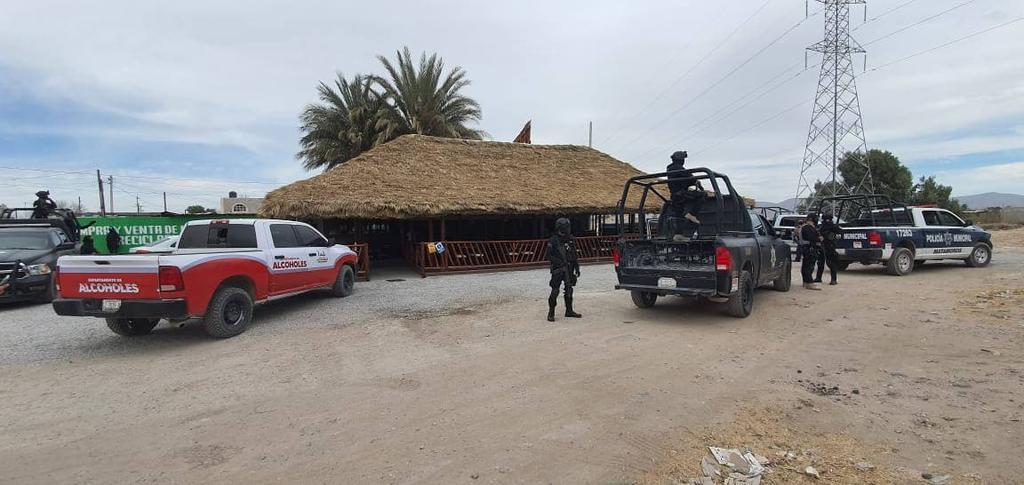 Con apoyo de la Policía Municipal y del Grupo de Reacción Operativa, personal del Departamento de Alcoholes clausuró el bar  Don Crudelio  en Matamoros. (EL SIGLO DE TORREÓN)